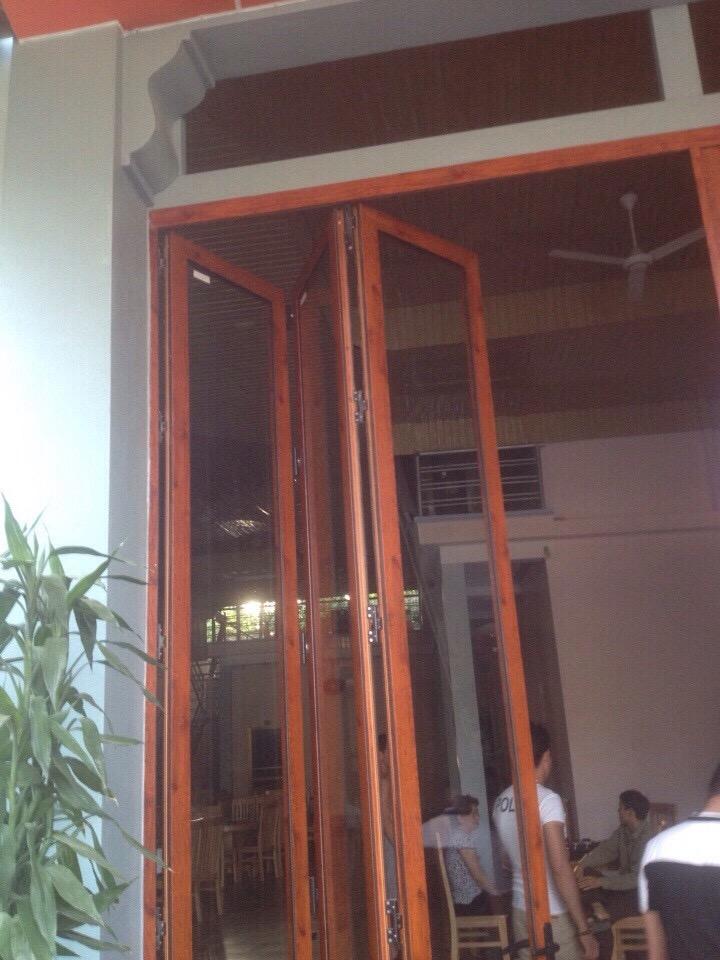 cửa đi xếp trượt màu vân gỗ